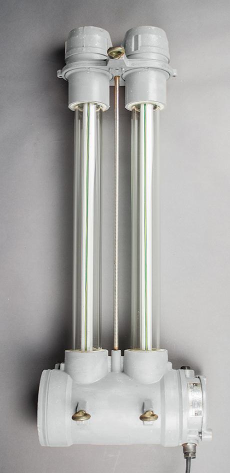 Short double-tube fluorescent light fixture